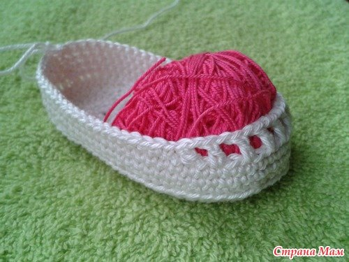 Crochet Baby Bootie with Ribbon Tie Free Pattern 7