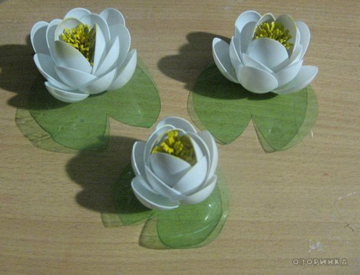 DIY-lily-from-plastic-spoons-and-bottles02.jpg
