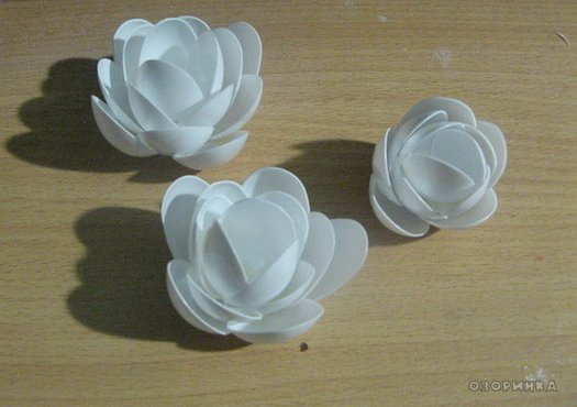 DIY-lily-from-plastic-spoons-and-bottles07.jpg