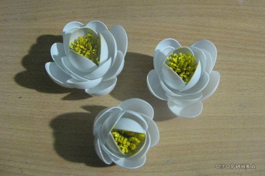 DIY-lily-from-plastic-spoons-and-bottles08.jpg