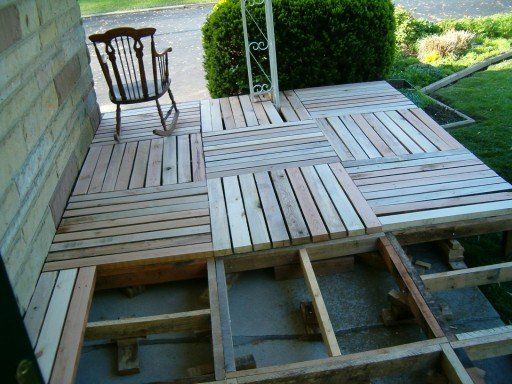 How to build porch from recycled pallets fab art diy for Sofa de palets exterior