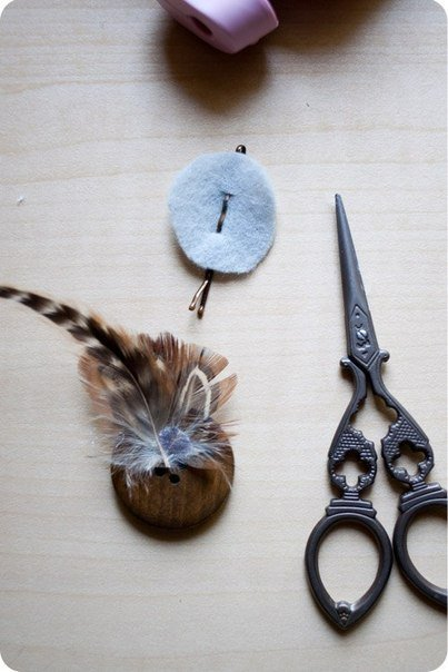 button-and-feather-hairclip05.jpg