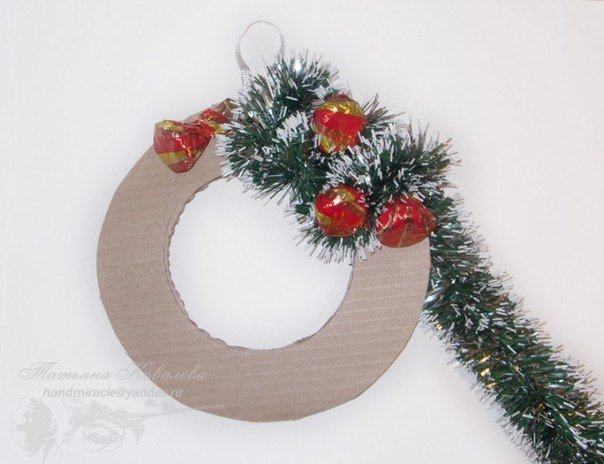 Christmas-wreath-with-chocolates3.jpg
