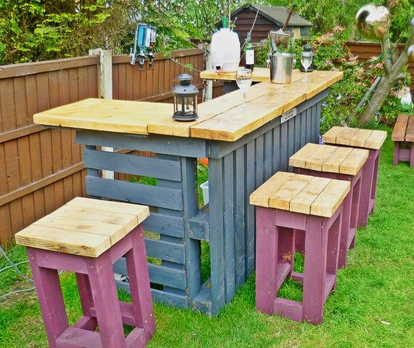 20 outdoor pallet furniture diy tutorial for Diy balcony bar