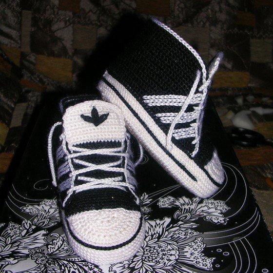 Crochet Adidas Baby Sneakers Free Pattern www.FabArtDIY.com