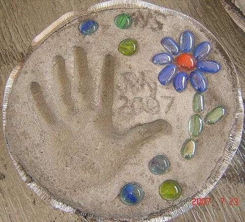 Diy cute handprint cement stepping stone for Diy garden stepping stones