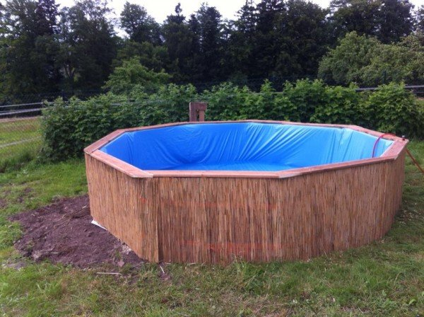 How to Make Swimming Pool Out of Pallets | www.FabArtDIY.com