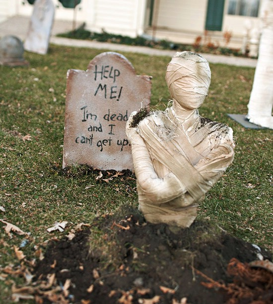 DIY Graveyard on your lawn-40+ Easy to DIY Halloween Decorating Ideas