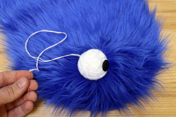 He Pressed Hands On Fuzzy Blue Fur To Make One INCREDIBLE Gift - Cookie Monster blanket tutorial