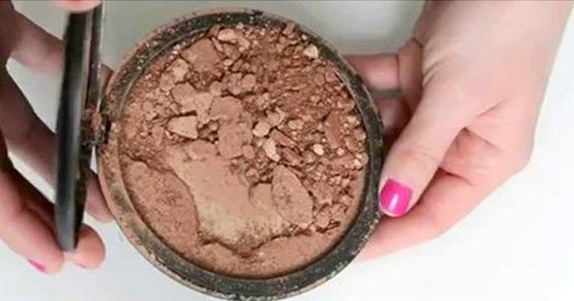 She Fixes Her Broken Powder With One Simple Trick.