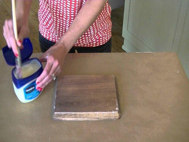 Как дистресс деревянной мебели, используя вазелин легко